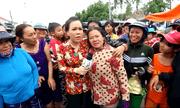 """Clip """"fan ruột"""" của Việt Hương: Bỏ cả con dâu đau đẻ để chụp ảnh với thần tượng"""