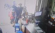 Clip: Người dân bắt quả tang thanh niên trộm điện thoại trong cửa hàng cầm đồ
