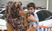 Bé trai 18 tháng tuổi bất lực cầu cứu mẹ qua ánh mắt vì hóc quả nho