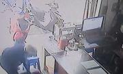 Video: Cái kết đắng của tên trộm xông vào tiệm cầm đồ