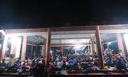 """Hình ảnh người dân """"màn trời, chiếu đất"""" xuyên đêm chờ được dâng hương ở Đền Hùng"""