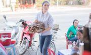 Tường Linh mướt mồ hôi, đạp xe đi bán củi vì chương trình thiện nguyện