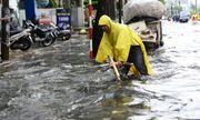 Đường Sài Gòn ngập sâu nửa mét sau mưa lớn, xe chết máy hàng loạt