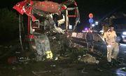 Xe khách giường nằm va chạm xe container, 12 người bị thương