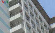 Thanh niên xăm trổ, khỏa thân đòi nhảy từ tầng 10 bệnh viện xuống
