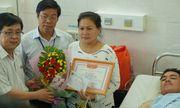 Sinh viên trường ĐH Công nghiệp Thực phẩm TPHCM được trao tặng giấy khen khi tham gia bắt cướp
