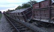 Nghệ An: Tàu hỏa chở đá bất ngờ gặp sự cố trật bánh, nghiêng đổ