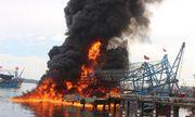 Quảng Nam: Tàu chụp mực 10 tỷ bốc cháy dữ dội tại cảng Kỳ Hà