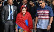 Vợ cựu thủ tướng Malaysia đeo túi hàng hiệu tới cuộc thẩm vấn điều tra bê bối tham nhũng 1MDB