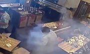 Video: Điện thoại phát nổ kinh hoàng ngay trong túi áo người đàn ông giữa nhà hàng