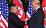 Cận cảnh khoảnh khắc bắt tay lịch sử của ông Donald Trump và ông Kim Jong-un