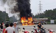 Sau va chạm kinh hoàng, xe chở gỗ dăm bốc cháy, 3 người bị thương
