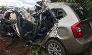 Dân dùng xà beng phá cửa ôtô, đưa thi thể tài xế ra ngoài sau tai nạn kinh hoàng