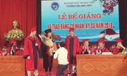Nữ sinh được thầy giáo quỳ gối cầu hôn trong lễ tốt nghiệp gây tranh cãi