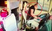 Video: Tài xế đột quỵ khi chạy xe, hành khách ứng cứu gay cấn như phim hành động
