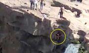 Video: Thanh niên mải chụp ảnh thác nước, bất ngờ gặp tai nạn kinh hoàng