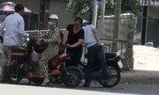 Video: Dừng xe mua hoa quả ven đường, cô gái bị kẻ gian trộm tiền với 'tốc độ ánh sáng'