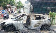 Thanh Hóa: Xế hộp bị thiêu rụi do lùi xe vào đống rác đang cháy