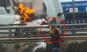 Clip: Nam tài xế loay hoay tìm cách dập lửa đầu xe container