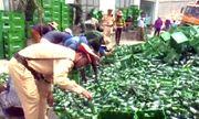 Nghệ An: Xe chở 10 tấn bia bị lật, CSGT phụ giúp tài xế gom hàng