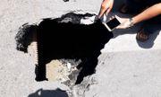 Xe buýt bất ngờ sụt xuống hố sâu 3 mét trên đường phố Hà Nội
