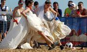 Đội tuyển Nga chiến thắng, các cô dâu mặc váy cưới đá bóng ủng hộ đội nhà