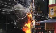 Vụ trụ điện phát nổ như pháo hoa, xe máy cháy đùng đùng: Lộ nguyên nhân bất ngờ