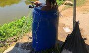 Thời tiết nắng nóng 40 độ, người đàn ông ngâm mình trong thùng phuy đầy nước để câu cá