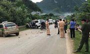 Taxi đấu đầu xe cứu thương, tài xế tử vong