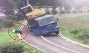 Video: Xe tải ôm cua lật thảm khốc, tài xế nhanh trí phi thân lao ra ngoài