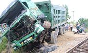 Xe tải chết máy chắn trên đường ngang bị tàu hỏa đâm nát đầu