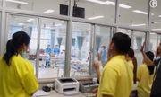 Video: Xúc động khoảnh khắc đội bóng Thái Lan gặp lại bố mẹ tại bệnh viện