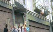 Video: Hàng xóm hốt hoảng phát hiện 2 đứa trẻ bị kẹp đầu ngoài cửa sổ