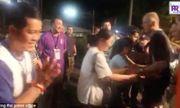 Khoảnh khắc xúc động cha mẹ các cầu thủ nhí Thái Lan ôm chầm những thợ lặn Anh