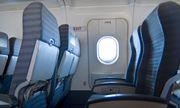 """Khách """"táy máy"""" mở cửa thoát hiểm, máy bay khởi hành chậm cả giờ đồng hồ"""