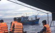 Cứu 8 ngư dân bị hỏng tàu, trôi dạt trên biển suốt 30 giờ