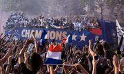 Nâng cao cúp vàng World Cup, dàn sao Pháp trở về trong sự chào đón của