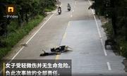 Video: Bị tông xe, ngã sõng soài, cô gái vẫn hồn thiên xem điện thoại không rời