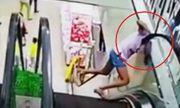 Video:  Do bất cẩn, bé gái bất ngờ bị kẹt đầu khi đi thang cuốn