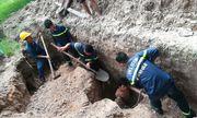 Cứu sống nam công nhân bị vùi lấp, kẹt dưới hố sâu 2,5 m
