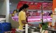 Video: Nhân viên siêu thị ăn ốc