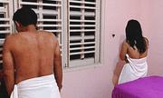 TP.HCM: Bắt quả tang nữ tiếp viên đang kích dục cho khách