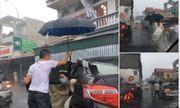 Ảnh đẹp ngày mưa lũ: Tài xế xe tải tốt bụng che ô đưa cô dâu về nhà chồng