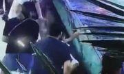 Video: Đi chơi thủy cung, em bé bất ngờ bị cá mập cắn nhập viện