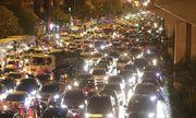 Video: Người Hà Nội đứng im giữa đường hàng tiếng đồng hồ giữa trời mưa