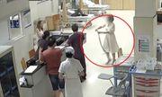 Video: Cô gái trẻ dùng tay không tóm sống con rắn cắn mình, mang đến bệnh viện