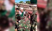 Khoảnh khắc giải cứu nạn nhân mắc kẹt trong đống đổ nát tại Indonesia
