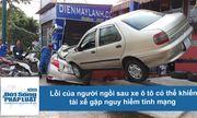 Clip: Lỗi của người ngồi sau xe ô tô có thể khiến tài xế mất mạng