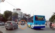 Video: Xe buýt quay đầu với tốc độ cao, húc văng xe máy trên phố Hà Nội