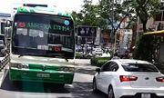 Xe buýt thản nhiên chạy ngược chiều ở trung tâm Sài Gòn